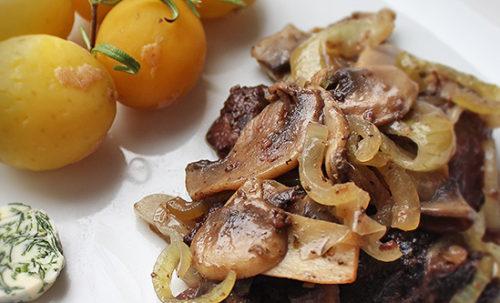 Gombás hagymás csirkemáj fűszervajas párolt parázsburgonyával recept