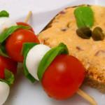 Kőrözöttes kenyér mozzarellás paradicsomnyárssal recept